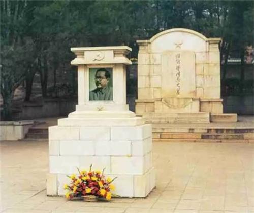 八宝山第一墓是谁?46岁病逝,占地300多平方米,名字世人皆知